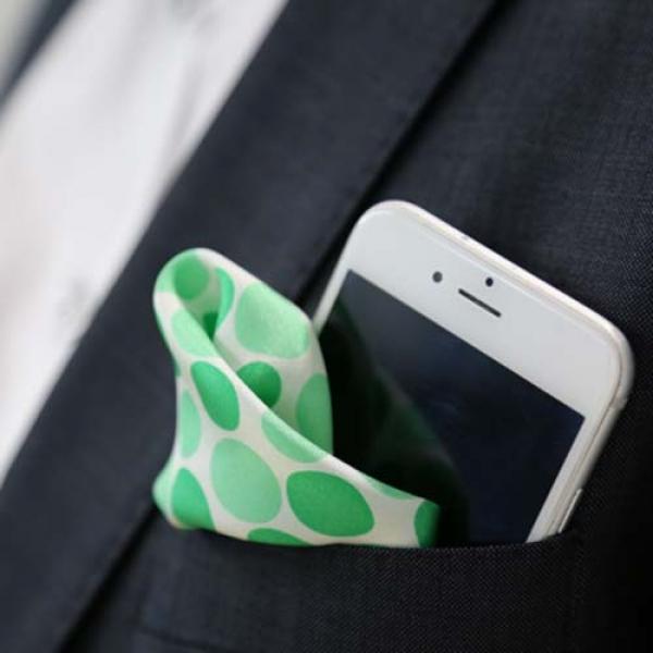 Kuvassa älypuhelin sekä Oma Säästöpankin kuosilla oleva taskuliina.